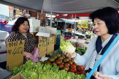 主廚玲玲姊在家附近的傳統市場採購餐廳食材,就如同在家做菜一樣。