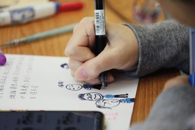 在人權館舉辦的紙上策展工作坊裡,孩子以自己的創意,創作一本本充滿想法的小誌。