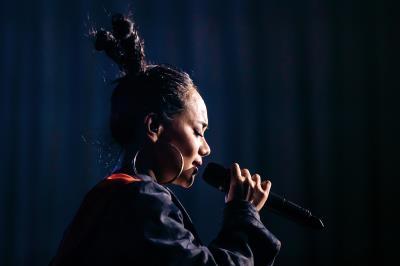 阿爆以母語反覆唱著「我們說的話自然而然/說起來是多麼美」,相信聽者能心領神會她所吟唱出的生命大愛。(林旻萱攝)