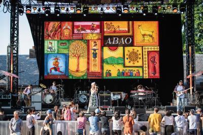 阿爆在紐約中央公園表演, 用音樂與各國聽眾交流。