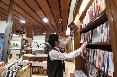 誠品敦南店主打人文、社科類書籍,秉持30年前的開店初衷。