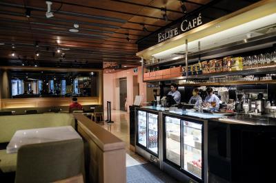 誠品敦南店的二樓咖啡廳,是創辦人吳清友的「幸福加油站」,他常在此處觀察店內讀者的表情。