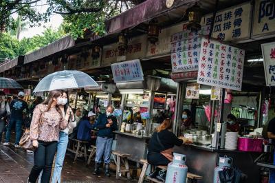 慈聖宮前的小吃攤收藏老台北人的味覺記憶。