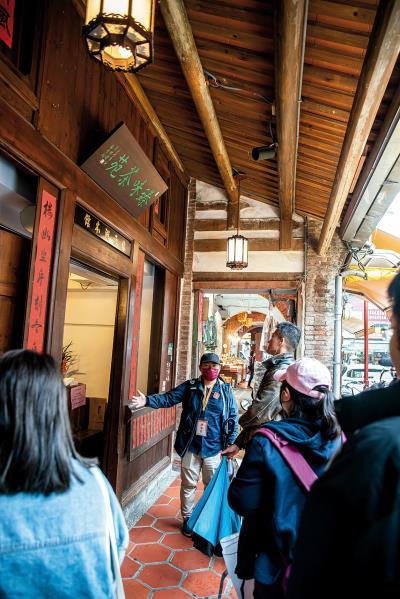 「島內散步」帶著民眾在家旅行,好好認識自己。圖為導覽老師介紹迪化街最早的街屋「林五湖古厝」。