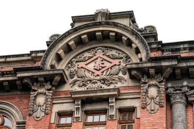 大稻埕最著名的就是商人文化,現為星巴克保安門市還留著當年商家「金泰享商行」的立面裝飾。