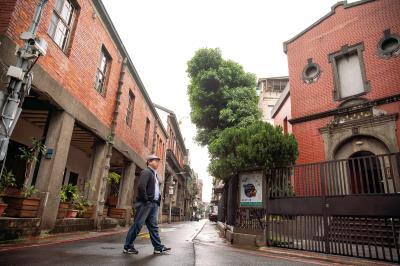 邱翊創辦「島內散步」,說出城市角落的故事,讓大家都能遇見文化自信的台灣。 (林旻萱攝)