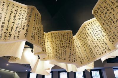 長達18公尺的道德經一氣呵成,是朱振南在西方寫東方哲學的最佳詮釋。(林格立攝)