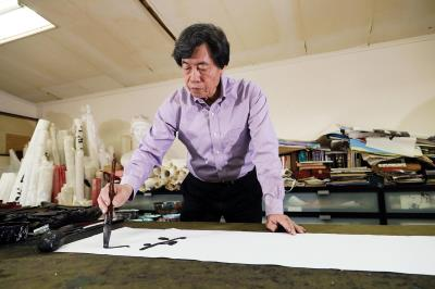 書法名家朱振南認為自己在精神上是出古入今,中西匯流;在創作上則是以書作畫,融墨賦彩。(林格立攝)