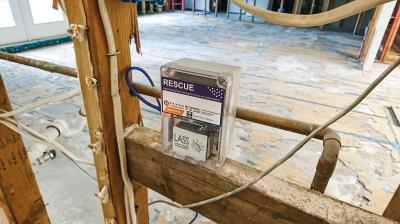 2017年美國休士頓哈維颶風過後,化學工廠有毒物質流入民宅,台灣的空氣盒子加上有機揮發氣體感測器後,被用來檢測災後空氣品質。(陳伶志提供)