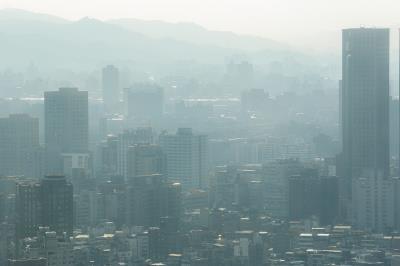 PM2.5是直徑僅有2.5μm(微米)的懸浮粒子,人體吸入後會危害健康。  (林旻萱攝)
