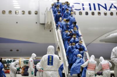 台灣政府對武漢包機採取全程嚴密防疫措施。(中央流行疫情指揮中心提供)