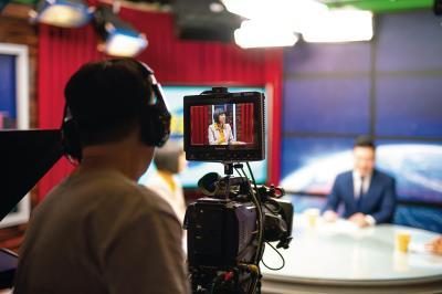 范琪斐在寰宇新聞台錄製節目,邀請網紅、專家一同評點時事。