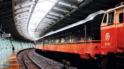 改造後的觀光列車,外觀使用黑、橘兩色,黑色打造神秘的尊榮感,橘色則是大家記憶中莒光號的顏色。(柏成設計提供,李國民攝)