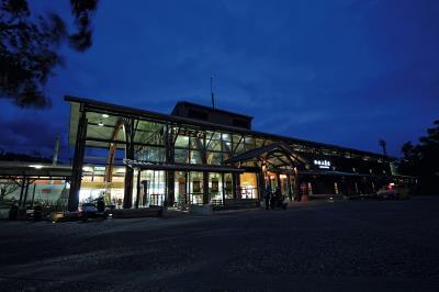 臨暗的池上車站,站體造型配上間接光源,為小鎮寫入一分童話氛圍。(林格立攝)