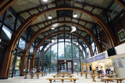 池上車站的天頂,因拱弧交織的線條而有了律動感; 立面玻璃成了天然的畫布,讓樹影、白雲在其上嬉戲。