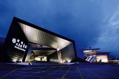 姜樂靜設計新城車站,用鋼構凹折出「門」的意象,呼應自然地景,也象徵是太魯閣國家公園的門。(姜樂靜提供,鄭錦銘攝影)