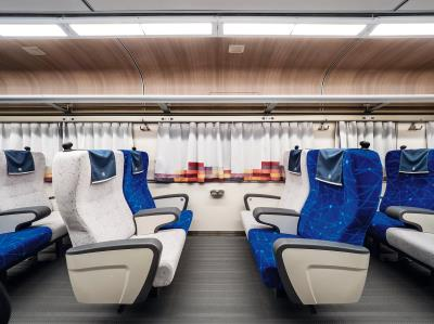 在基礎的機能需求上,再注入設計思維,如座椅顏色為藍、灰跳色安排,呼應台灣的海洋、原石的顏色。(柏成設計提供,李國民攝)