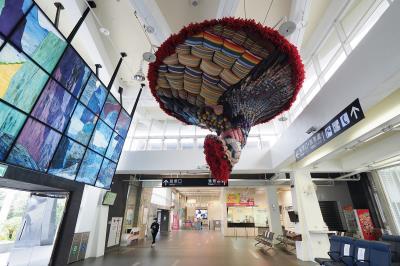 打造一座如美術館的車站,新城站站體內展示「太魯閣之美」的窯燒玻璃創作和原住民藝術家林介文編織的「織路」。