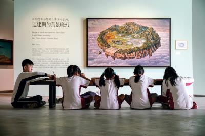 帶領學童走入美術館,就像沃壤中種下美的種子, 期待有日扎根成蔭。(毓繡美術館提供)