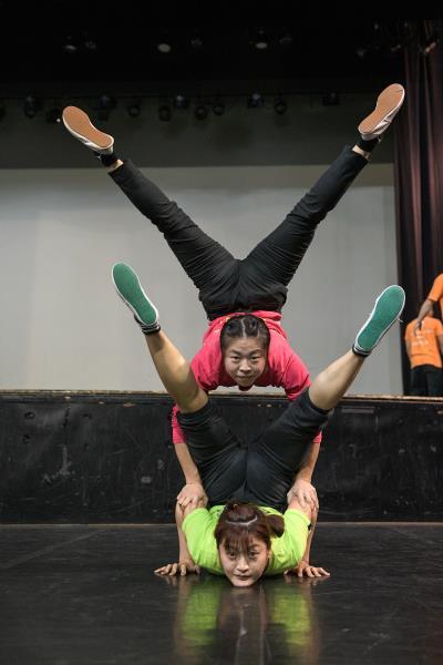 團員間配合無間,依照表演需求,做出高難度的動作。