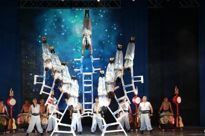 2016年臺灣特技團與九天民俗技藝團合作的大型舞台演出中,表演雙排椅「敖鷹展翅」。