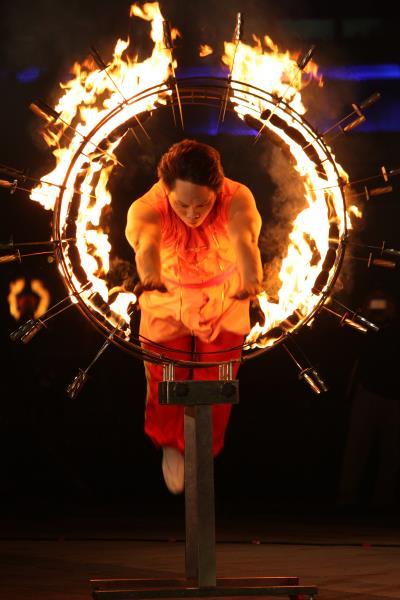 「穿越難關」是在刀圈點火,再由演員穿跳,驚險萬分。(臺灣特技團提供)