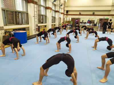 國立臺灣戲曲學院民俗技藝學系的國小生,每天清晨就得一起到大堂練功。
