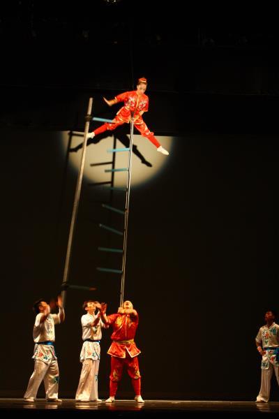 散踢竿是雜技扛竿節目中的一種,講求底座與爬竿演員彼此間的高度默契。