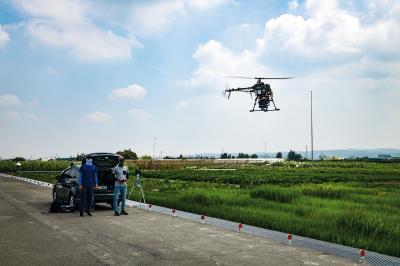 經緯航太與台大農學院攜手合作,運用多光譜儀及 紅外線/可見光整合相機,進行不同稻米品種生長 及染病狀況之比較。(莊坤儒攝)