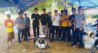 印尼農民實地操作翔探科技的AG1-O農用植保機後,對於機器的性能及表現讚不絕口。(翔探科技提供)