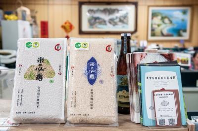曾國旗以家鄉之名,創立「東豐」品牌,行銷合作社的雜糧、稻米等產品。