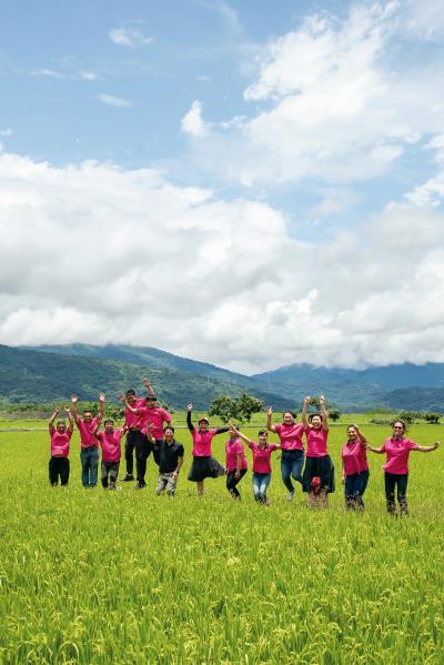 「花東有機農產加工生產合作社」吸引年輕人返鄉務農。
