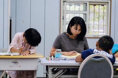位於南投信義鄉的羅娜課輔教室地處山區,老師平日開車往返,為學生複習並聆聽他們的問題。