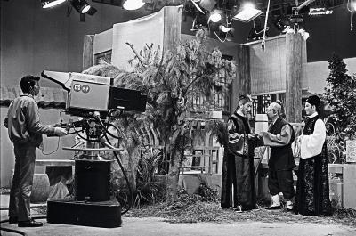影視聽中心將業務範圍擴及電視、廣播的文化資產。圖為1972年中華電視公司電視劇「七世夫妻」拍攝情景,右一為亞洲影后凌波。(外交部提供)