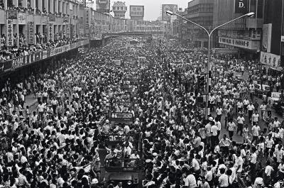 1971年,台南巨人少棒隊獲第25屆威廉波特世界少棒錦標賽 冠軍,回國後遊行車隊經中華商場,萬人空巷。(外交部提供)