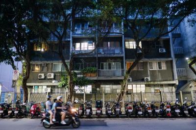 看似平凡的街景,經林立青解說而有了不一樣的觀看角度。例如照片右方的樓梯蓋在室外,是台灣少見的建築形式。