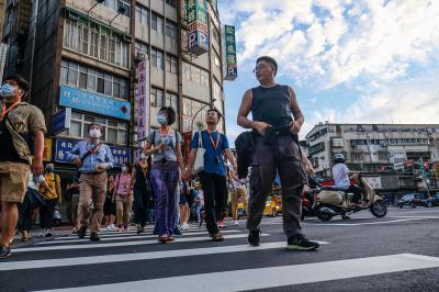 林立青導覽的島內散步行程,帶民眾從建築看見時代的變化,感受勞動者的生命力。(莊坤儒攝)