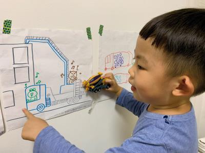 從小在工家美術館玩耍的館長小孩,對工地深深著迷的他,畫了許多工程車的創作。(工家美術館吳庭芳提供)