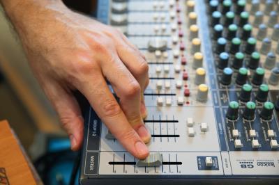 經由混音器,可以調出作品需要的情境聲音。 (林格立攝)