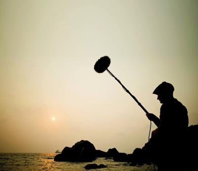 作為聲音藝術師,澎葉生必須要在各種環境中,專注地守候。(陳若軒攝)