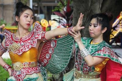 傳統泰國古典舞服裝講究,舞者每次著裝都要花費一番功夫。