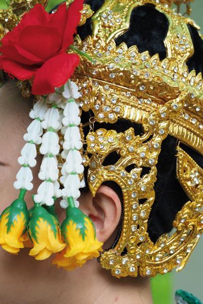 泰國傳統古典舞的服飾相當華麗,各種璀璨的裝飾呈現出迷人的舞台效果。
