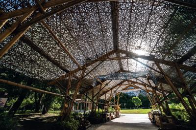 甘銘源在客家公園的作品,竹網過濾陽光,斑駁的光影讓人猶若置身在枝葉錯落的竹林之中。
