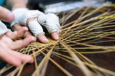 輕盈柔韌的竹篾交錯編織,實用外兼具樸實親民的美感。