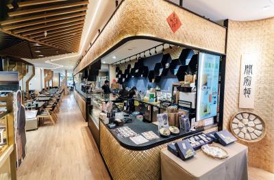 位於高鐵台南站的「深緣及水」,店內以竹編作為裝飾材,古樸又不失典雅,別具特色。