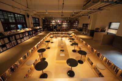 「不只是圖書館」用下凹的書池,呼應原本空間澡堂「泡澡」的語彙,創造被書環繞的情境。(莊坤儒攝)