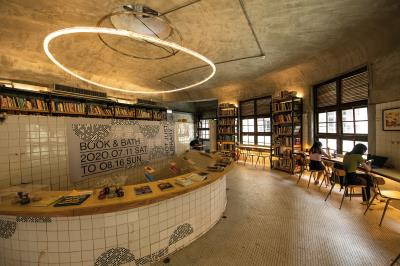 澡堂區原貌保存,但被活用成策展、閱讀、講座等空間,實現邱柏文所想,把傳統的再搭上一點新創意,產生新的故事。