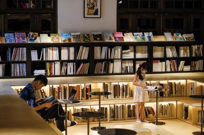 「不只是圖書館」用下凹的書池,呼應原本空間澡堂「泡澡」的語彙,創造被書環繞的情境。