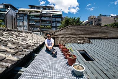 可以腳踩泥土,屋頂觀星,在寸土寸金的台北擁有一片天空,邱柏文在實驗和一起老屋生活的可能性。