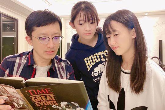 職棒作家張尤金以興趣激發學習力,兩女兒出國即成外交小尖兵